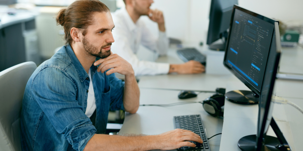 informatycy pracujący przy monitoringu IT