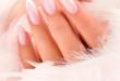kobieca dłoń z idealnie wykonanym manicurem