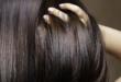 Kobieta przeczesująca dłonią ciemne włosy