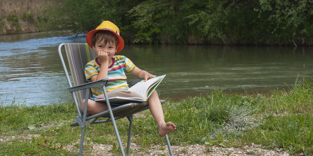4-latek z książką na leżaku