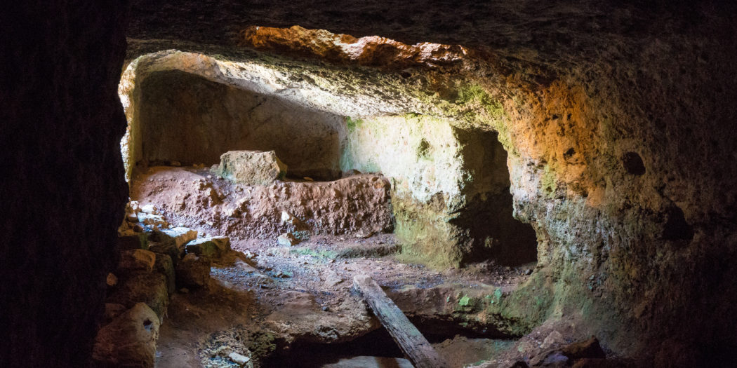 Antikythera w Grecji jaskinia więzienie
