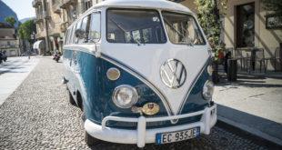 Volkswagen Transporter van w starym miasteczku