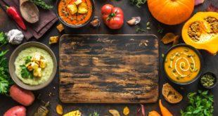 Deska do krojenia otoczona warzywami