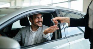 mężczyzna wynajmujący samochód