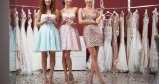 długonogie dziewczyny wybierające w sklepie sukienki na wesele