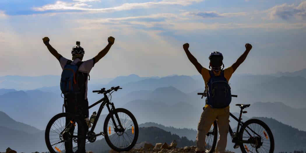 dwaj mężczyźni na rowerach w górach