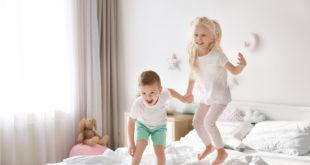 dzieci skaczące po łóżku