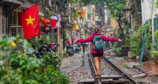 dziewczyna idąca po torach kolejowych w Wietnamie, Hanoi
