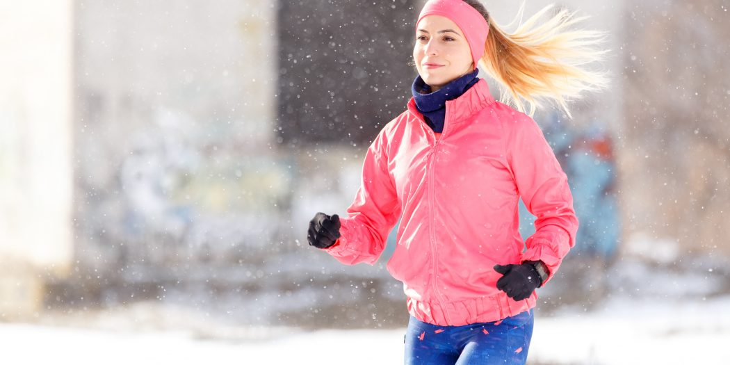 dziewczyna biegająca zimą