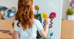 dziewczynka malująca obraz