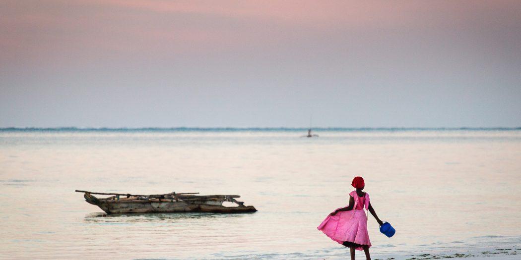 dziewczynka na plaży zanzibar