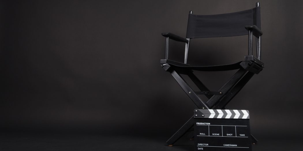 fotel reżysera i klaps filmowy
