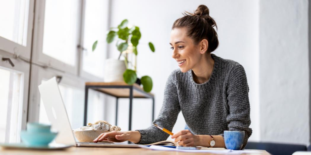 freelancer kobieta przed komputerem