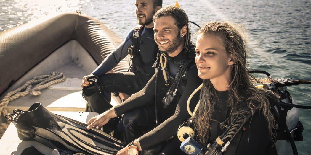 grupa ludzi szkolenie z nurkowania
