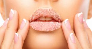 kobieta z peelingiem cukrowym na ustach