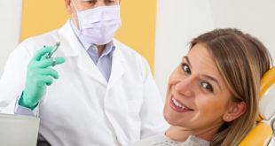 kobieta przed znieczuleniem u stomatologa