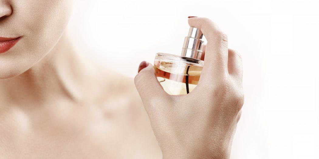 kobieta psikająca perfumami