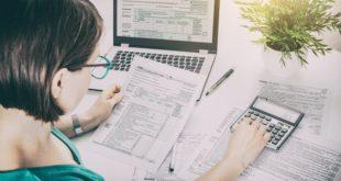 kobieta rozliczająca podatki przed laptopem