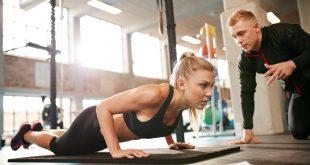 kobieta trenująca z trenerem personalnym