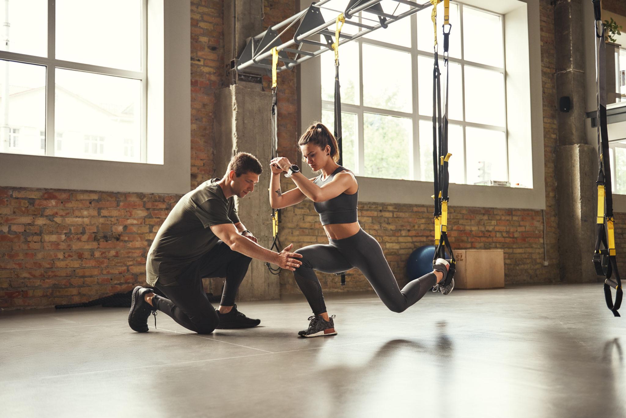 kobieta ćwicząca pod okiem trenera personalnego