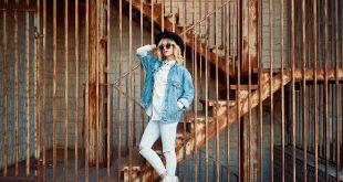kobieta w kurtce jeansowej