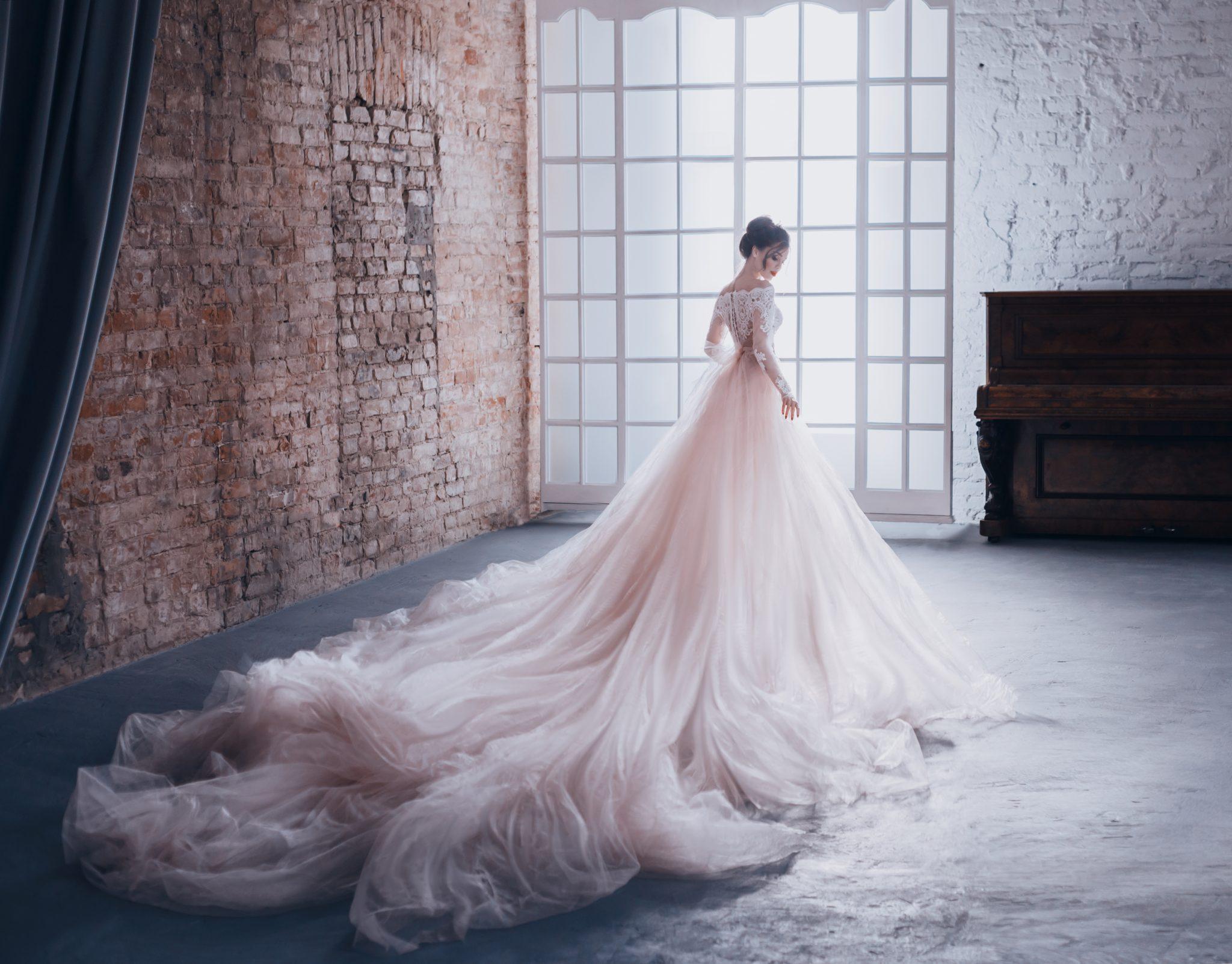 kobieta w przepięknej sukni balowej z tiulu