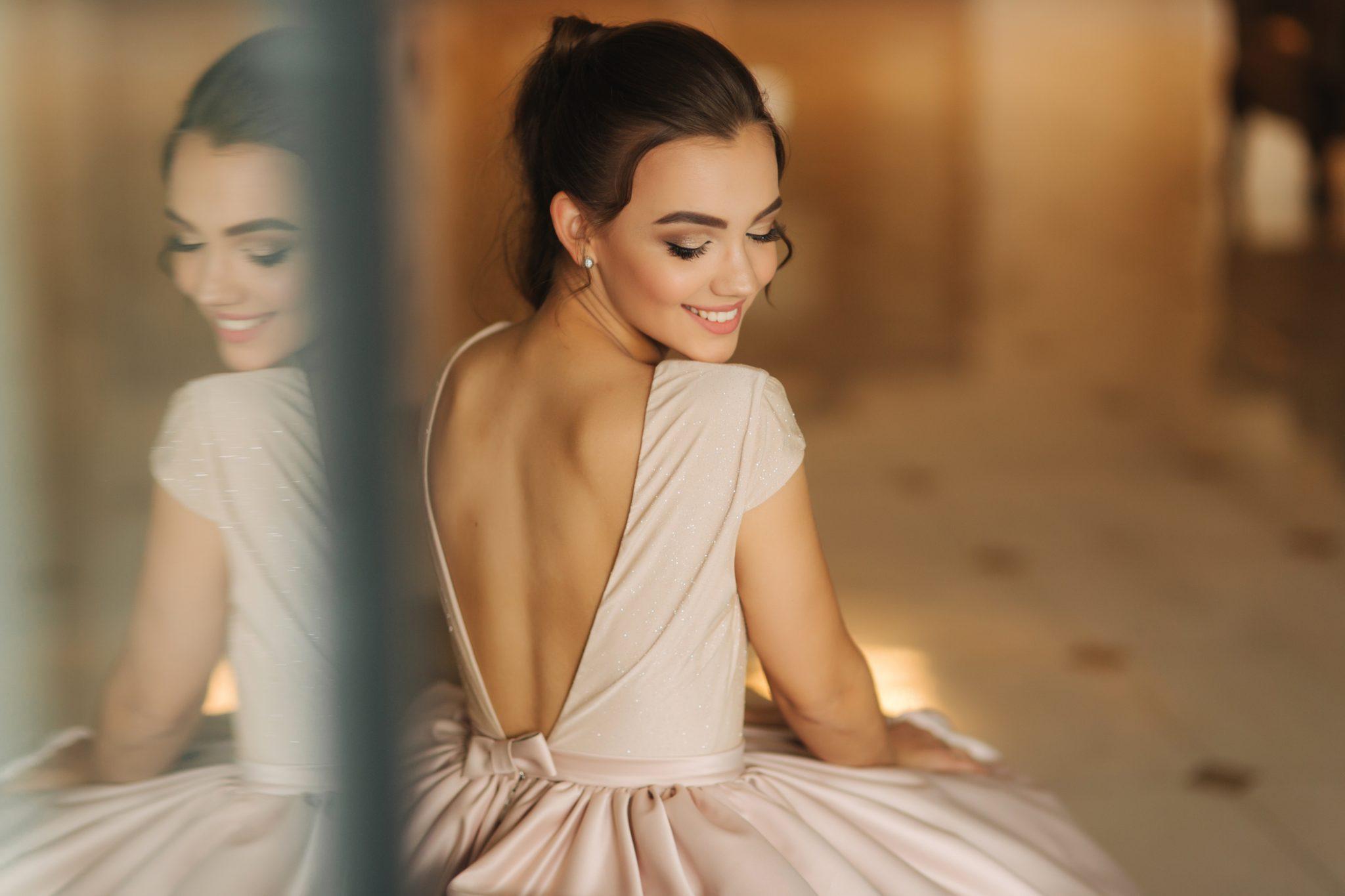 piękna kobieta w sukience z wyciętymi plecami