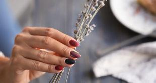 kobieta z pięknym manicurem trzymająca kwiaty