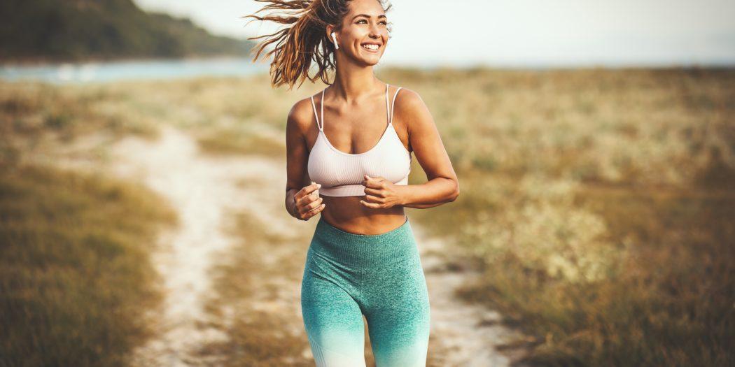 młoda kobieta biegająca latem