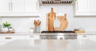 białe błyszczące płytki kuchenne