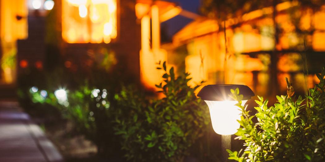 mała lampa w ogrodzie