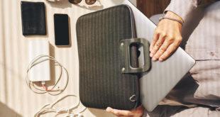 kobieta wkładająca laptopa do torby na laptopa