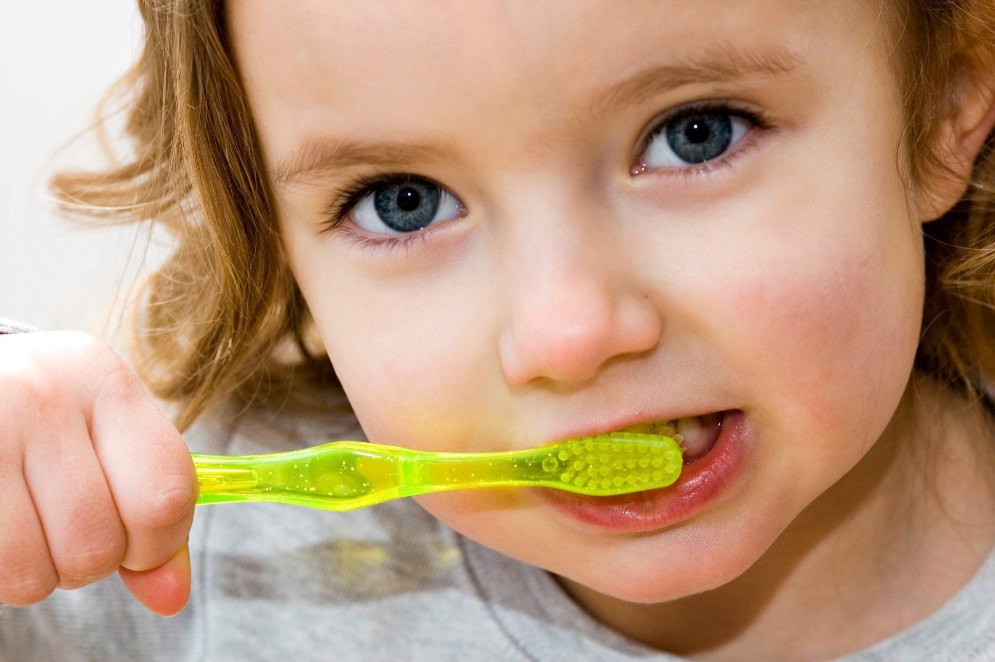 dziewczynka myjąca zęby