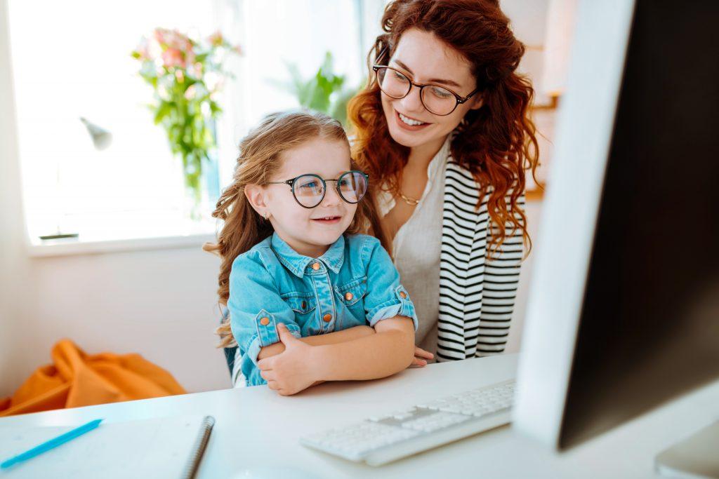 mama i córka przed ekranem komputera