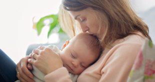 matka trzymająca niemowlę na rękach