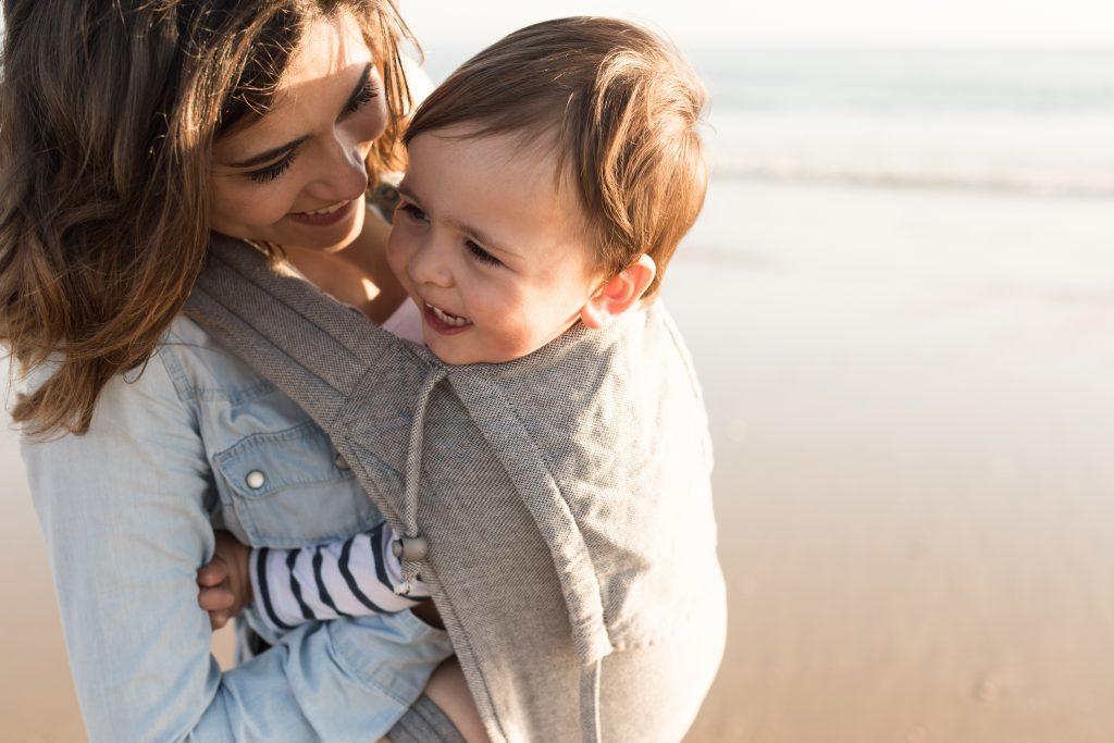 matka z dzieckiem w nosidełku