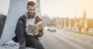mężczyzna czytający na moście