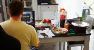 Widok na home office z laptopem