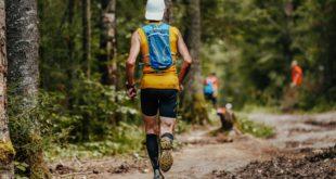 mężczyzna biegający z plecakiem na trasie biegu po lesie