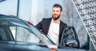 biznesmen wsiadający do samochodu