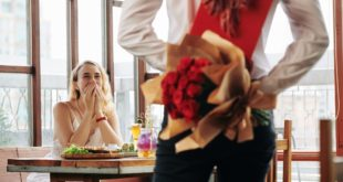 mężczyzna z kwiatami i prezentem dla kobiety