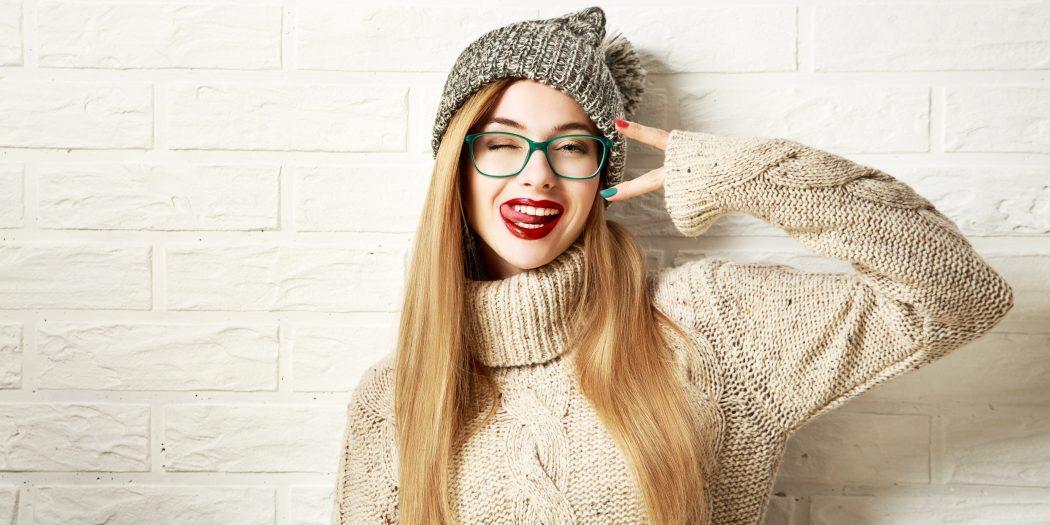 szczęśliwa dziewczyna w modnym zimowym swetrze