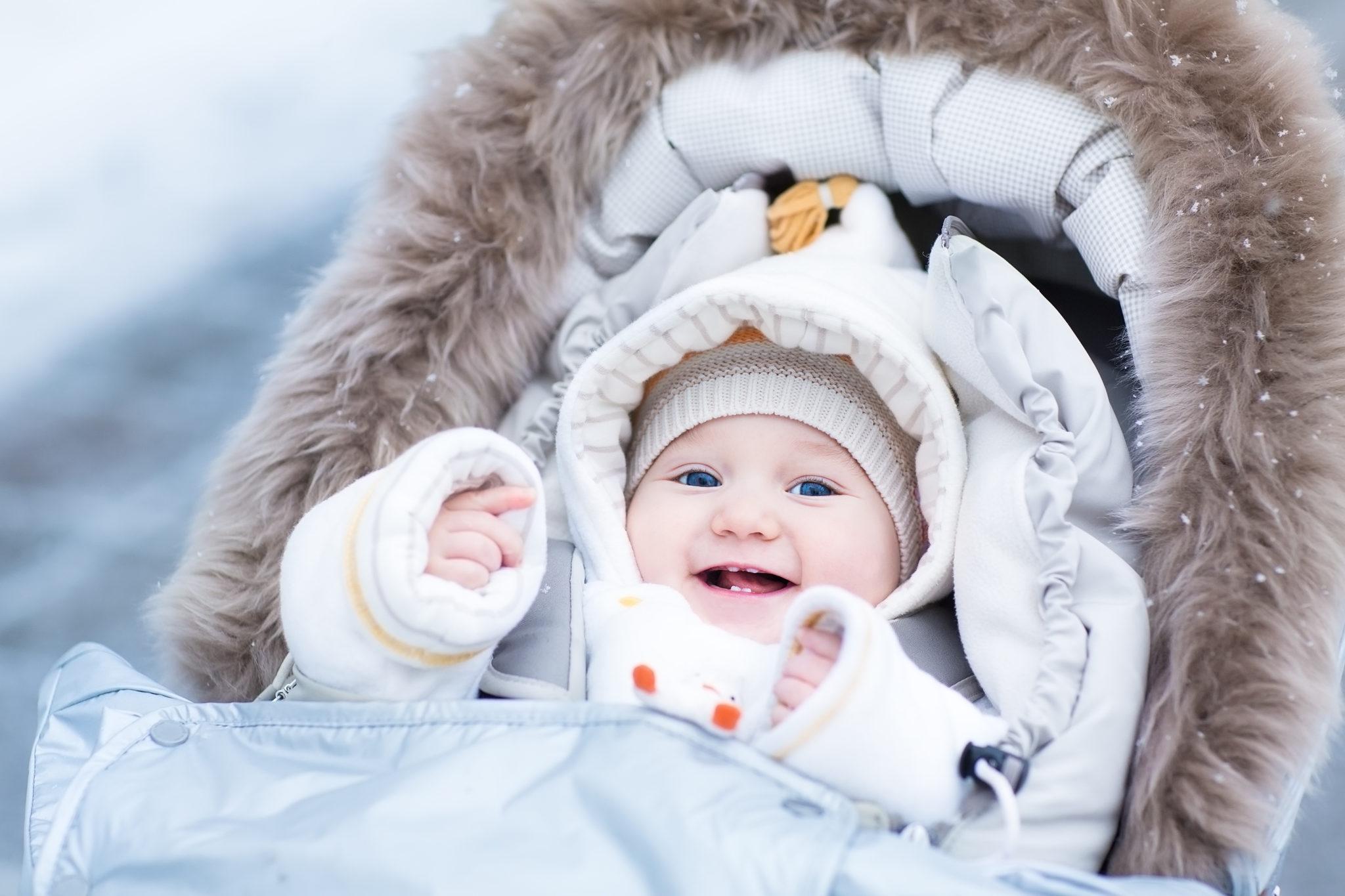 szczęśliwe niemowlę na zimowym spacerze