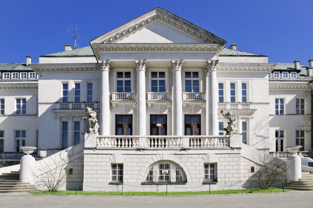 Liceum Ogólnokształcące im. Konstantego Ildefonsa Gałczyńskiego to budynek dawnego Domu Zdrojowego w Otwocku