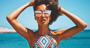 piękna kobieta na plaży latem