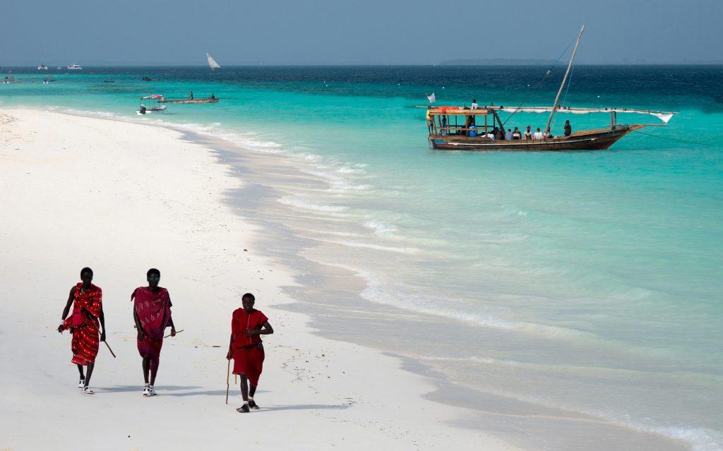 Masajowie na plaży Zanzibar
