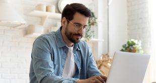 Adobe Acrobat Pro praca na laptopie