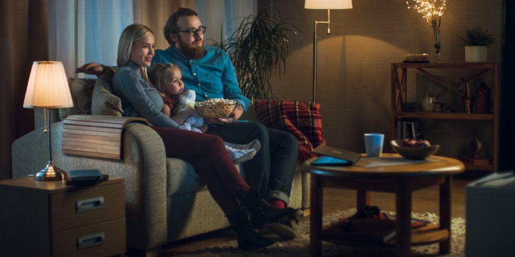 rodzina oglądająca telewizor