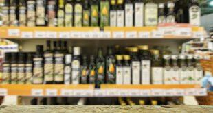różne rodzaje olejów na półce w sklepie