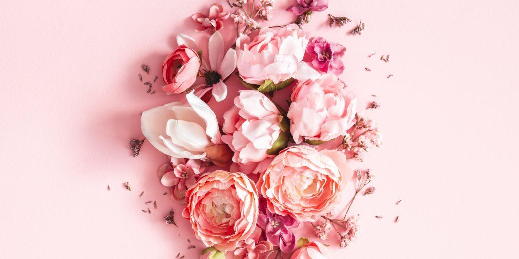 różowa aranżacja z wiosennych kwiatów na różowym tle